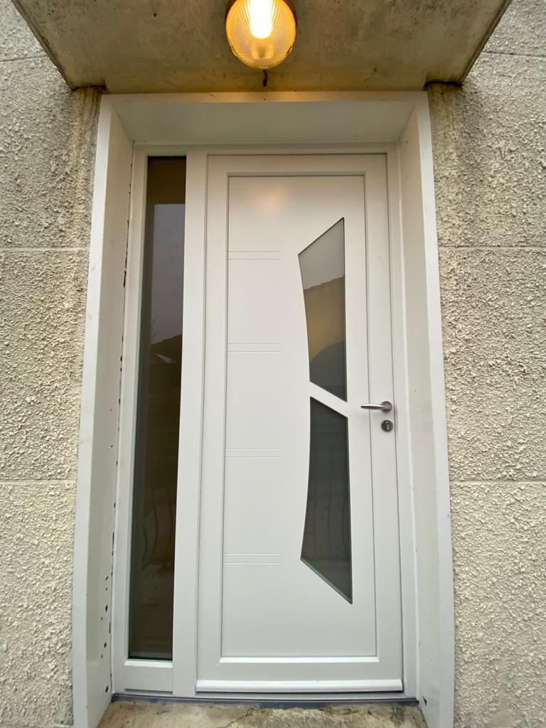 Installation en dépose totale sur La Boisse d'une porte d'entrée Zilten en PVC blanc. 🧰 Équipe de pose du chantier : Sylvain & Axel